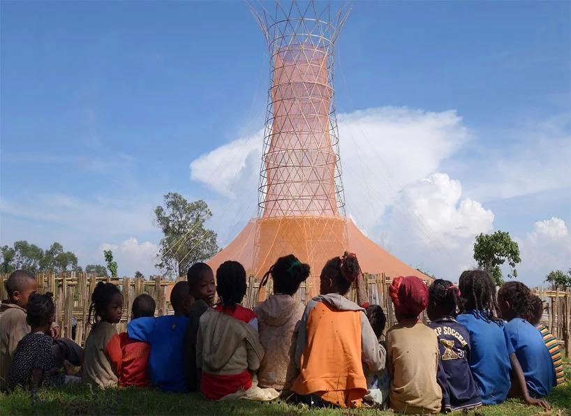 Crianças em primeiro plano observam a torre