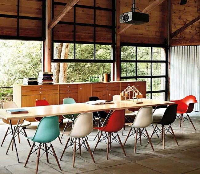 Ray Eames, em parceria com o seu marido Charles, é um dos nomes mais respeitados no universo do design. Os dois contribuíram com a criação de um design inovador e democrático, comprovado por suas peças de sucesso concebidas e admiradas ao longo de quatro décadas. Na imagem, as cadeiras DSW.