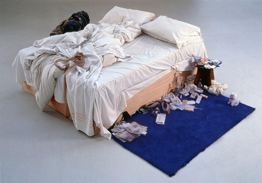 A artista Tracey Emin trabalha transformando a bagunça mental em estética. Ganhou destaque quando criou uma instalação da cama onde viveu durante um dos períodos mais intensos de sua vida. My Bed, 1998.