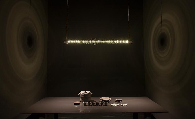 O Mayice Studio apresentou o 'Filamento' uma luminária de teto escultural feita de uma única peça de vidro. O Studio Apparatu mostrou a mesa de 'Dekton' uma exploração do material em parceria com a Cosentino.