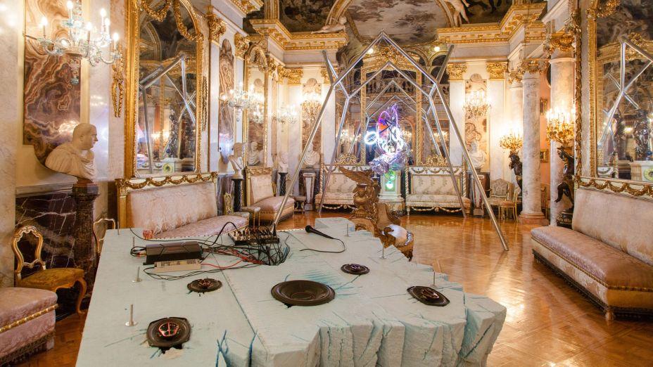 """O designer Guillermo Santomà instalou uma série de estruturas esculturais e """"transgressoras"""" no interior luxuoso de uma mansão de estilo barroco."""