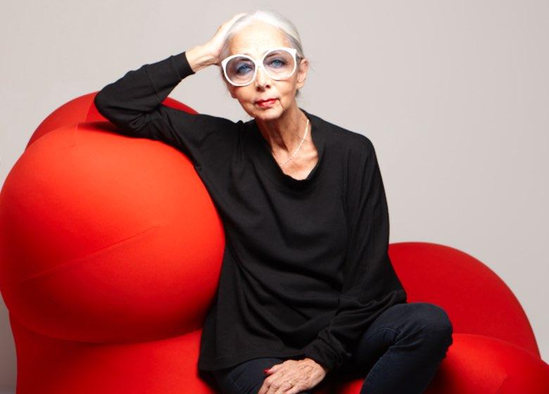 Galerista icônica, curadora e designer Rossana Orlandi está sempre atenta para identificar – e lançar – jovens criadores inovadores. De seu criativo ateliê, em uma antiga fábrica de gravatas em Milão, ela apresenta um conjunto eclético e refrescante de designs de ponta que vão desde óculos de sol a móveis contemporâneos.