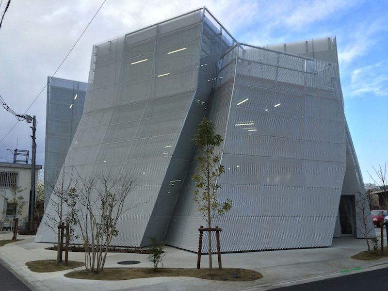 Kazuyo Sejima (Província de Ibaraki, 1956) é a arquiteta japonesa vencedora do Prêmio Pritzker de 2010.Em 1995, ela fundou uma empresa com sede em Tóquio, a SANAA (Sejima e Nishizawa and Associates).O SANAA possui projetos no Japão, Alemanha, Inglaterra, Espanha, França, Países Baixos e nos Estados Unidos. Entre eles, estão o translúcido prédio da Christian Dior em Tóquio (Japão), o Pavilhão de Vidro do Museu de Artes de Toledo, em Ohio (EUA), e o recém-inaugurado Centro de Aprendizado Rolex do Instituto Federal de Tecnologia da Suíça, em Lausanne. Na imagem, Centro Comunitário <span>em Kodaira.</span>