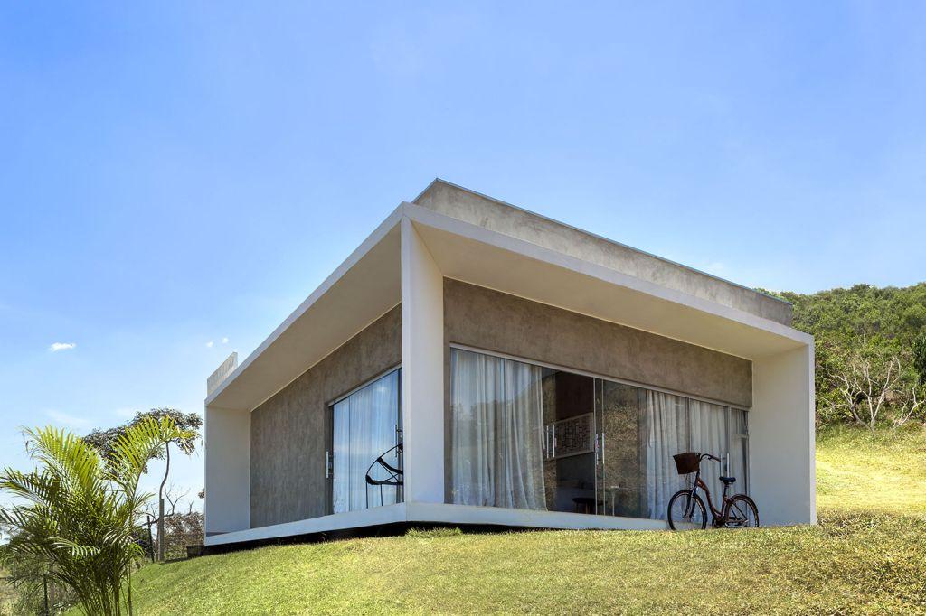 Concreto e pintura branca resumem revestimentos de casa brasiliense