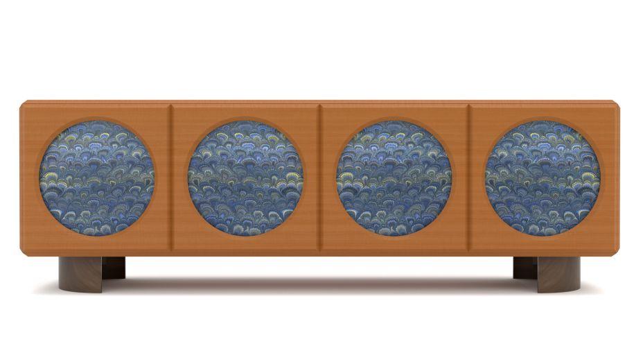 Com uma preciosidade de detalhes, a Fratelli Boffi dá vida a uma nova e inesperada coleção que coloca no palco do Salone del Mobile 2019, uma peça com uma personalidade suntuosa. <em>Oblù</em> é um gabinete misterioso, uma caixa mágica que, em parte oculta e em parte revela seu uso. A elegante estrutura retangular, feita de madeira de pereira e sustentada por dois semicírculos de latão polido, é caracterizada e embelezada por aberturas circulares, que revelam uma decoração de mármore, como se fossem janelas para outra dimensão.