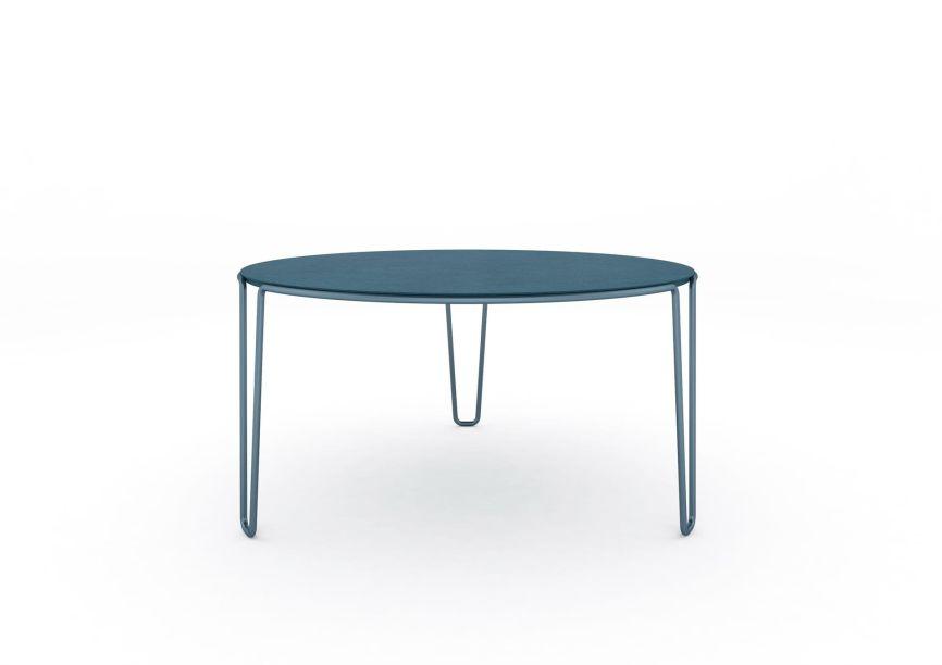 """A Baleri Italia apresenta uma nova família de mesas projetada por Baldessari and Baldessari, um produto que combina design e versatilidade. Projetada para atender às diferentes necessidades dos ambientes contemporâneos, tanto de vida como de escritório, a mesa é formada por uma linha contínua, composta por um tubo de metal de seção circular, que """"desdobra"""" e desenha a estrutura da peça; um """"fio de Ariadne"""", sem interrupção, que na perna é estendido e abre em forma de """"V""""."""
