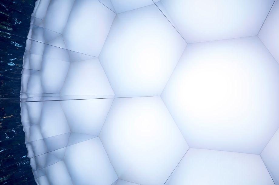 <strong>Ventura Centrale</strong>. A Sky-Frame fará uma parceria com o designer Stephan Hürlemann para apresentar <strong>A Piece of Sky</strong>. A instalação é uma experiência de diferentes dimensões, perspectivas e espaços. O nome da instalação, combinado com a experiência que oferece, evoca imagens do universo, da terra e da sua própria criação, oferecendo aos visitantes uma diferente visão poética de sua própria existência.