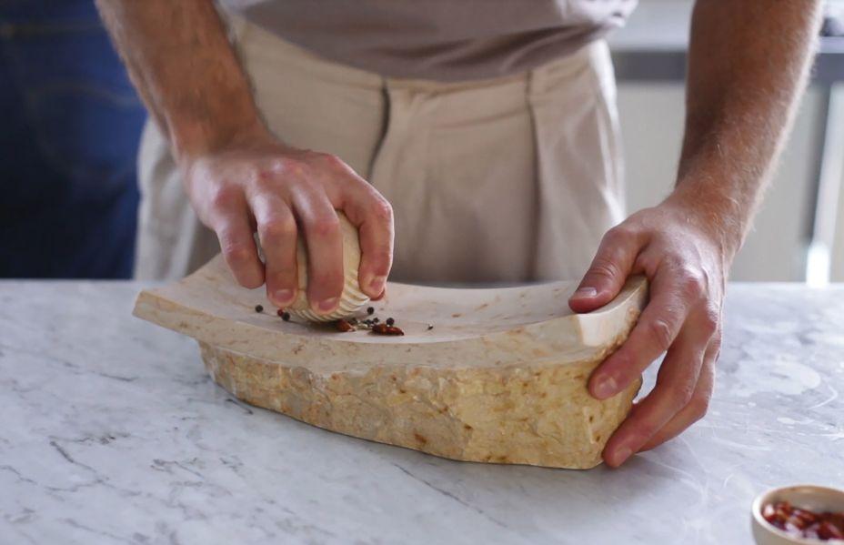 <strong>Ventura Future</strong>. Amalia Shem Tov produziu uma série de utensílios de cozinha de aparência antiga, <span>para ajudar as pessoas a redescobrir suas raízes culinárias primitivas.</span>