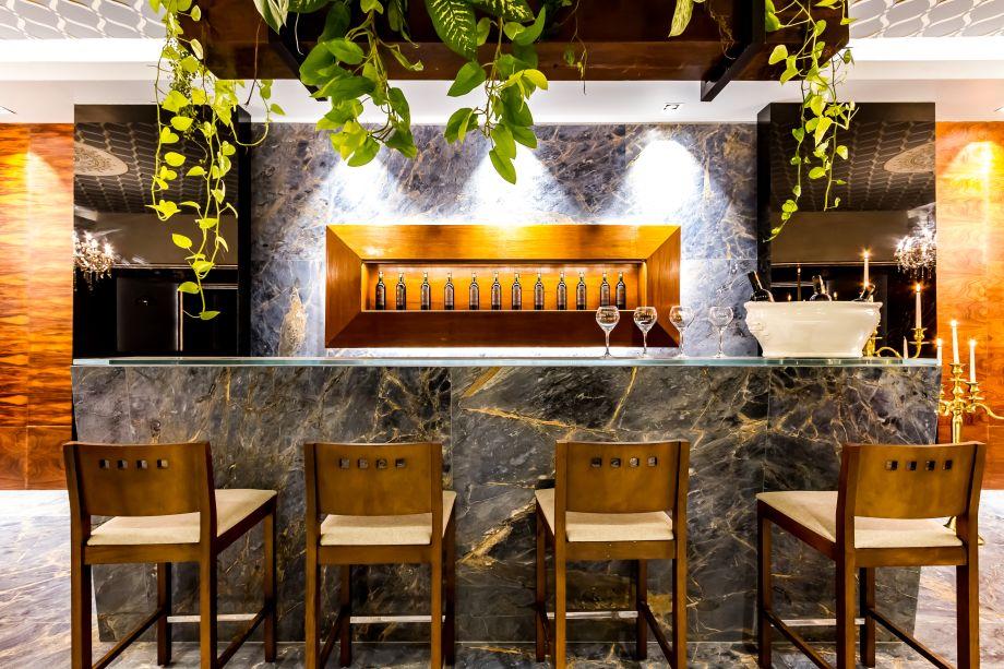 La Creación Restaurant - Oscar Anglarill. Pisos e paredes foram cobertos com uma porcelana azul marmoreada com detalhes dourados. A partir deste material de personalidade, foi elaborado um jogo visual de volumes e alguns contrastes com materiais, como a madeira.
