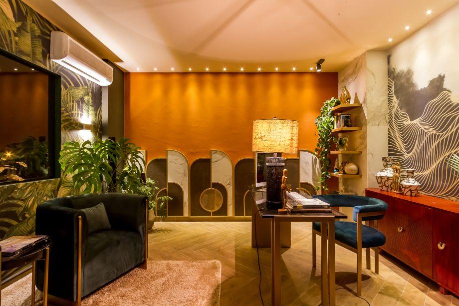 CASACOR Paraguai 2019. Home Office - Ma. Fernanda Arnez. O glamour do estilo Art Déco faz o cômodo parecer um verdadeiro escritório vintage. Os tons quentes são complementados pelas curvas e pelas texturas do veludo que reveste os móveis.