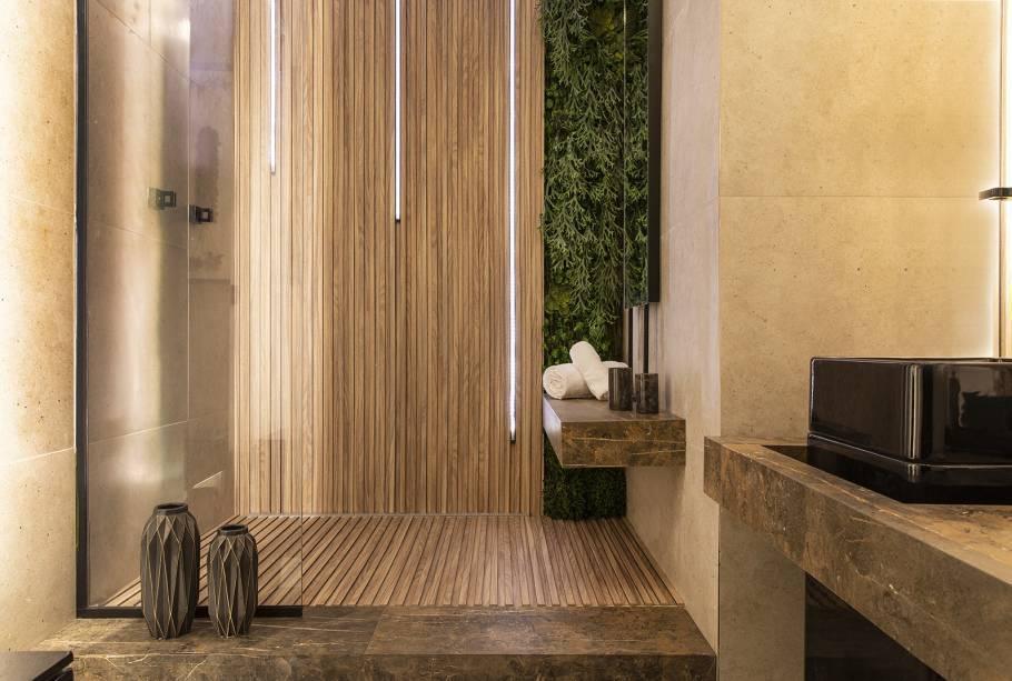 CASACOR Ribeirão Preto 2018. Banheiro do Adolescente - Valter Félix. A atmosfera relaxante, como em um SPA, é proporcionada pelo uso da madeira. A textura ripada do piso invade a parede e o efeito acentua a verticalidade.
