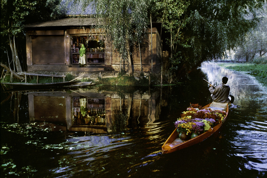 """<strong>Babel</strong> - """"Flower Vendor On Dall Lake"""", 1991. Steve McCurry."""