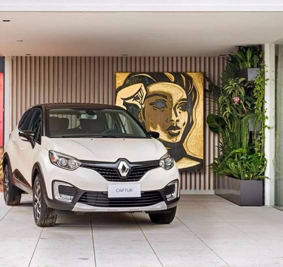 CASACOR São Paulo 2017. Garagem Renault - Alexandre Del Fabro. Além da própria tonalidade aconchegante da madeira, a textura ripada do painel torna o espaço mais interessante.