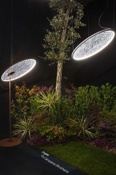 Tecnológica e decorativa, a Irupe dos Irmãos Campana é inspirada na densa vegetação da floresta tropical, em particular na exuberante Vitória-Régia. Projetada para desencadear uma reflexão sobre a preservação da natureza e sobre a devastação das áreas verdes do mundo, a luminária consiste em um LED de carcaça de disco de metal fino que projeta luz sobre uma tela delicada que reproduz a textura de uma folha.