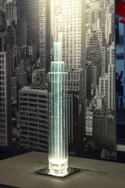 Em um grande espaço cenográfico projetado por Ferruccio Laviani, onde prevalece a inspiração gráfica, encontram-se novos produtos da Foscarini, que evoluíram para um conceito de iluminação contemporânea e em sintonia com as mais avançadas tecnologias de iluminação. O projeto de exposição caleidoscópica, que inclui um espaço dedicado ao sistema inteligente MyLight para o gerenciamento de lâmpadas Foscarini com um aplicativo, conta a alma experimental da marca. As inovações que em breve serão incluídas no catálogo são colocadas em configurações fotográficas que lembram as sugestões que inspiraram os designers.