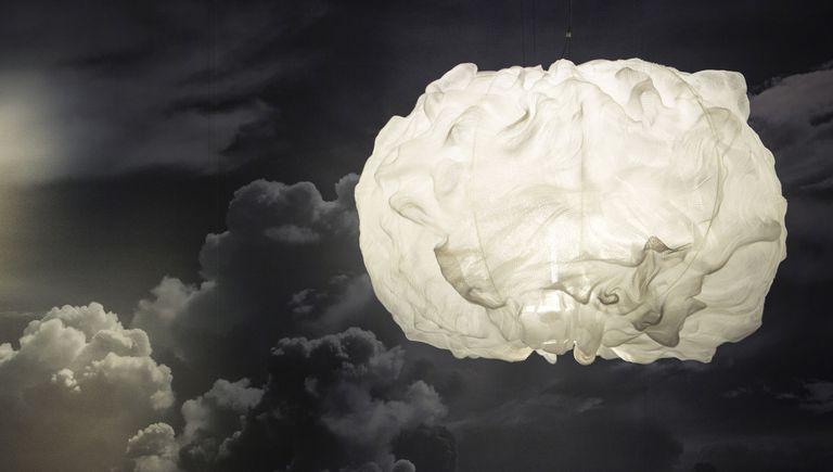 O pendente Nuée foi concebido a partir da pesquisa do designer Marc Sadler sobre materiais inovadores. Poética e leve, apesar de sua imponente dimensão, ela é feita com um tecido especial de plástico de alta tecnologia feito com tecnologia 3D que, aplicado na estrutura metálica interna, assume formas incomuns, semelhantes às de uma nuvem flutuando no céu.