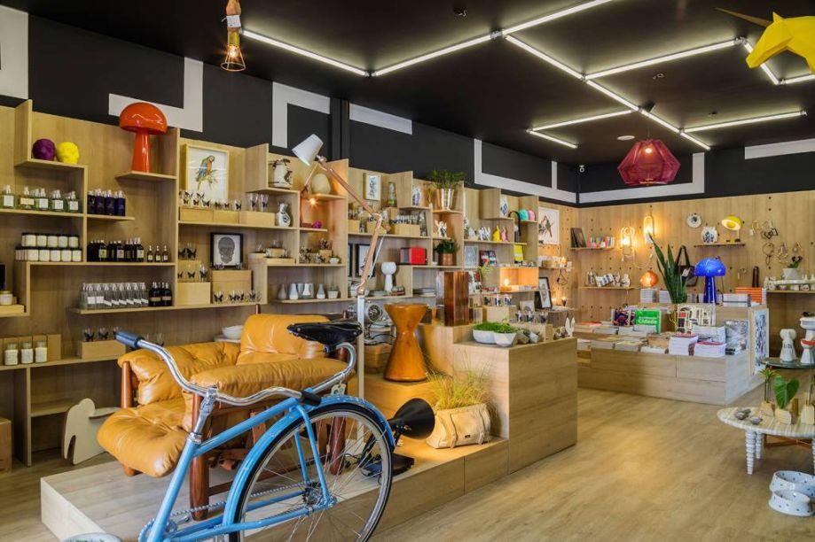 CASACOR São Paulo 2017. Loja CASACOR - Marton Estúdio. O piso vinílico cria uma unidade visual, tanto com os módulos de diferentes alturas como as prateleiras que diversificam a forma de expor os produtos. A inspiração veio das lojas de museus e pop-ups ao redor do mundo.