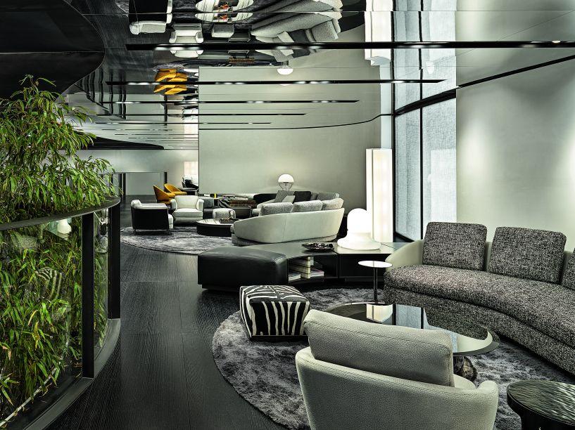 Não só o mobiliário teve suas extremidades arredondadas, mas o salão também foi projetado de forma a se tornar sinuoso. O trânsito de um espaço ao outro é feito em curvas, dando uma ideia de continuidade e integração para toda a exposição.