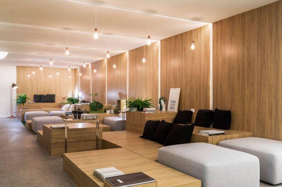 CASACOR São Paulo 2017. Café do Saber - Sopro. No espaço pensado em linhas retas, o uso da madeira é um grande trunfo. Ela vem nos blocos multifuncionais e nos paineis, em lâminas do padrão Itapuã, e também no piso vinílico.