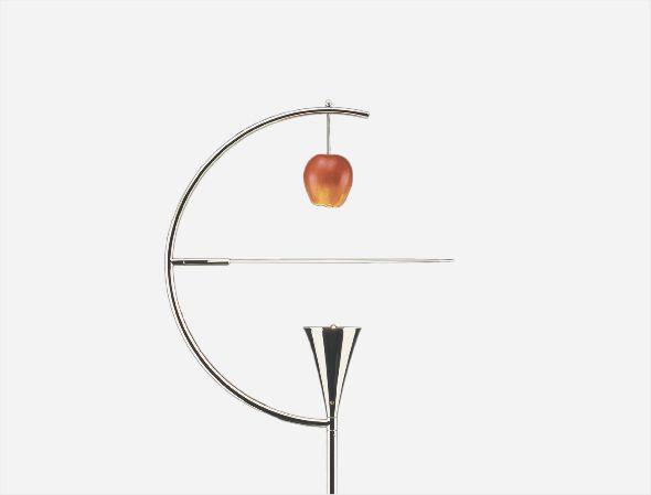 """A Nemo apresenta novidades que incluem uma reedição da La Roche, a luminária de parede projetada em 1925 por Le Corbusier para a Maison La Roche, com um interruptor """"on board""""; Bird, um candeeiro de mesa desenhado por Berhard Osann e Newton, uma das criações de Andrea Branzi, composto por um difusor com uma abordagem funcional, que maximiza o efeito numa mistura de luz direta e indireta."""
