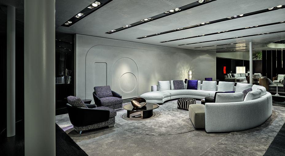 Os sofás circulares porém são o grande diferencial da exposição. Num tamanho alongado que oferece mais lugares para comportar grandes grupos de pessoas, a forma circular se destaca em qualquer sala comum, tirando do óbvio a aparência e o design do ambiente.
