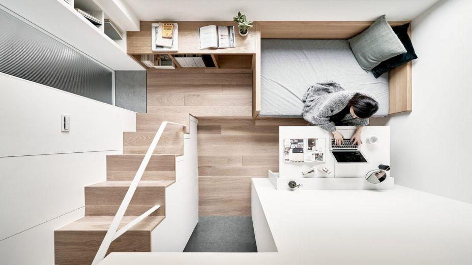 Este flat em Taiwan tem 17,6 m² e foi assinado pelo studio A Little Design. Com o pé direito de 3,4 metros, permitiu criar dois níveis com uma marcenaria planejada.