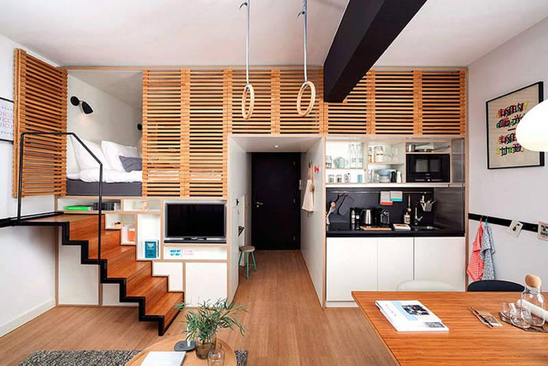 O escritório Concrete Architectural Associates desenvolveu este espaço em Amsterdam, com pouco menos de 25 m². Irresistível a cama abrigada no armário, garantindo a privacidade. Repare que prateleiras e nichos abertos deixam os objetos à vista, então é preciso ser organizado.