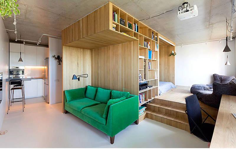 A dica dos arquitetos do escritório Ruetemple foi concentrar todas as funções em um bloco de marcenaria e aproveitar a estrutura para criar espaço extra. destinado a livros e objetos. A circulação livre dá a impressão de sobrar espaço, neste pequeno apartamento em Moscou.