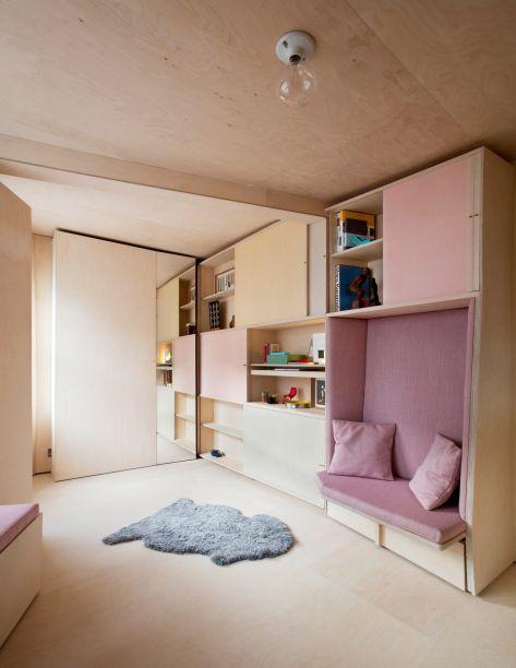 Do Studiorama, este apartamento tem 13 m², mas aparenta ser maior. Ele fez parte de uma instalação de uma recente edição da London Design Week. Inspirada no design do interior de barcos e motorhomes, a marcenaria centraliza todas as funções. Inclui uma cama e uma mesa - todas retráteis.