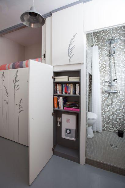 O armário libera a circulação e abriga ate o banheiro e a cama.