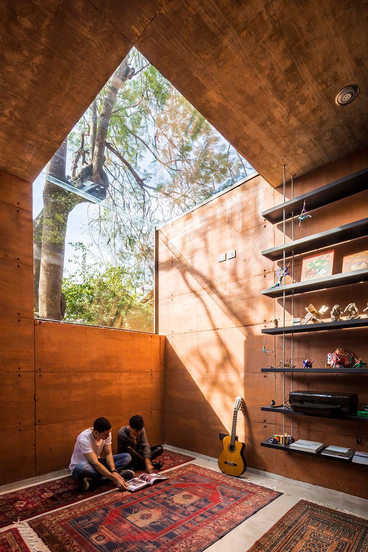 A Earthbox é um pequeno escritório de arquitetura na capital do Paraguai, rodeado de árvores, construído em madeira e com vários recortes em vidro.