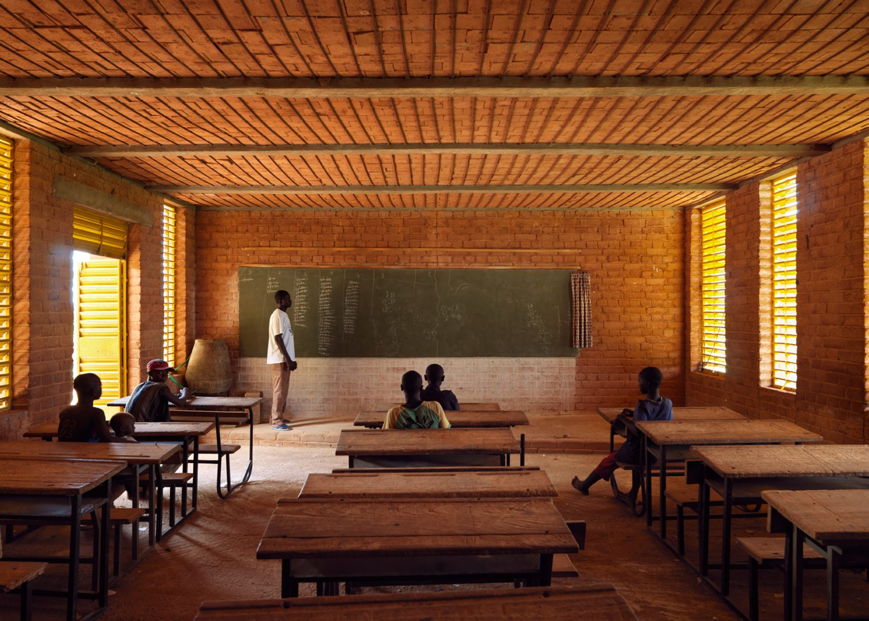 Extensão da Escola Primária de Gando, a aldeia onde Kéré nasceu. Ele acompanhou com esse projeto o crescimento pela demanda de mais alunos na escola, unindo os saberes e as relações da comunidade a modernas técnicas de construção.