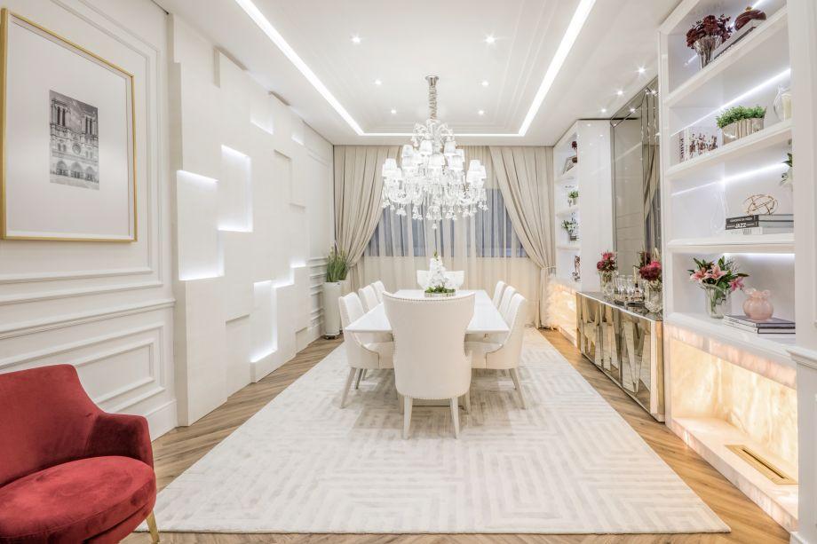 Sala de Jantar - Kátia Herzog. Vencedor na categoria Cumprimento de Prazos (escolha da diretoria). Uma versão contemporânea do clássico parisiense, combinando o off white ao piso de madeira, caloroso. A pedra translúcida ressalta a simetria da estante - outra característica do clássico.