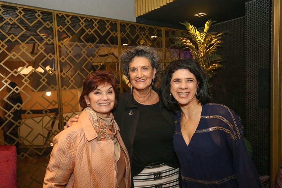 Decoradora Yara Mendes ao lado da diretora da CASACOR Paraná, Marina Nessi, e a designer de interiores Luciana Gibaile