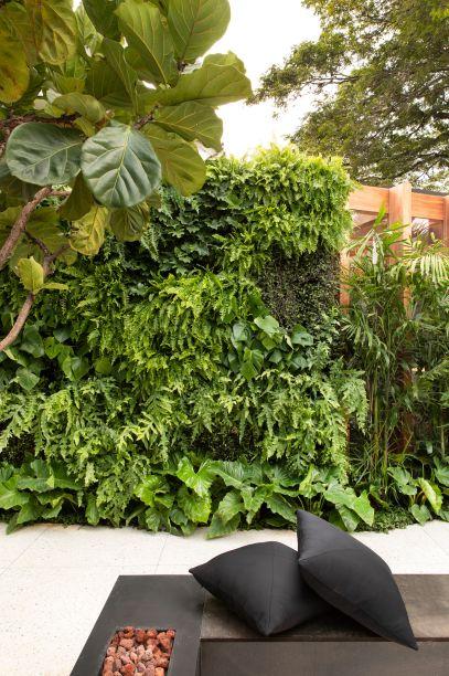 CASACOR São Paulo 2019. Jardim do Sentidos - Bia Abreu. <span>Com 116 m², o espaço mostra a força do verde em composições tropicais que despontam em meio ao cinza, com destaque para o jardim vertical natural.</span>