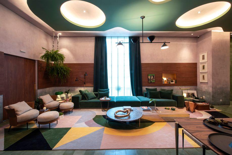 """Living do Colecionador - Naomi Abe - CASACOR São Paulo 2019. A paixão por arte, design e arquitetura foram a inspiração para o """"Living do Colecionador"""", um espaço de entrada em forma de cubo minimalista e monocromático de ladrilhos hidráulicos verdes. No teto, Naomi projetou um caminho iluminado com círculos interligando entrada e o living, inspirada na arquitetura modernista dos anos 1950."""