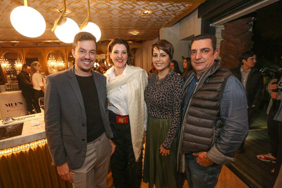 Arquiteto André Cabral com a designer de interiores Flávia Mattar, a arquiteta Roberta Lanza e o decorador Ismael Luiz Augusto