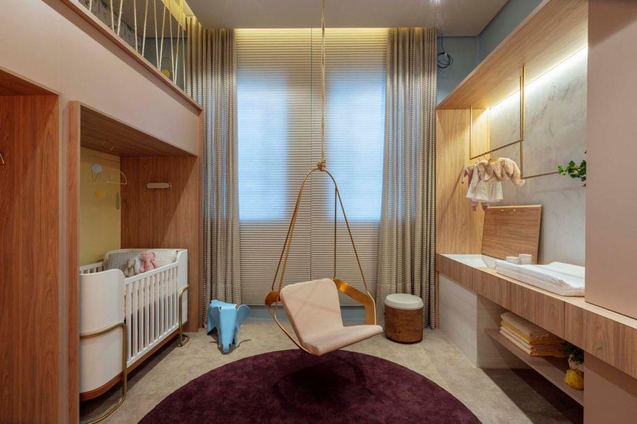 Ateliê do Bebê - Modi Arquitetura. O quarto para o recém-nascido também facilita a vida dos pais com um layout e uma marcenaria funcionais. Algumas ideias mostram a durabilidade do espaço, como o mezanino para brincadeiras no futuro. Duas referências ao design do início do século 20 surpreendem, como no berço Vegas e na poltrona suspensa Art Deco, em aço galvanizado.