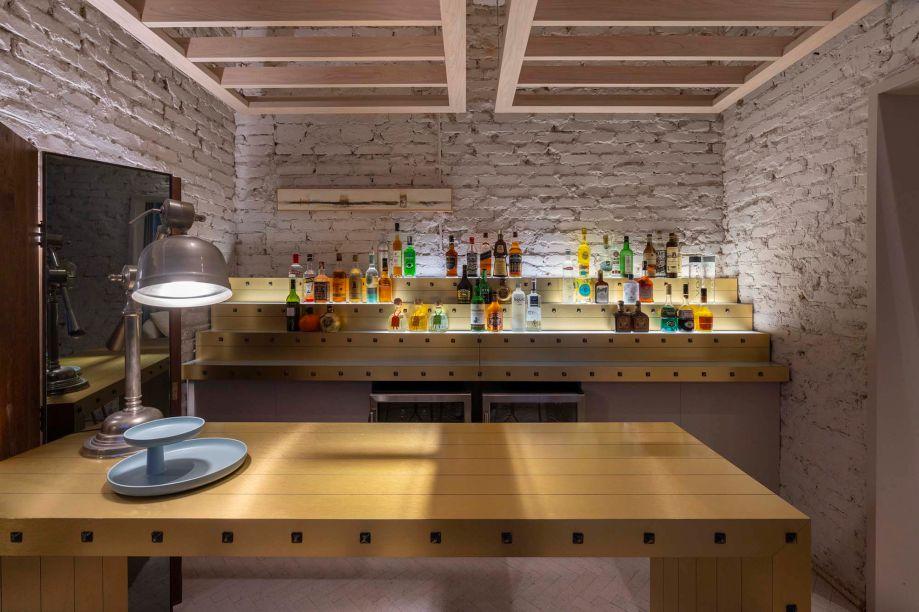 Oslo Living Bar - Oslo Escritório de Arquitetura. Os tijolos aparentes trazem a imediata sensação de acolhimento neste espaço que remete a uma casa, com 53 m². A luz baixinha dos abajures de Sebastian Wrong, da Flos, deixa o clima mais intimista e convivial, ao redor das mesas de Francisco Pinto.