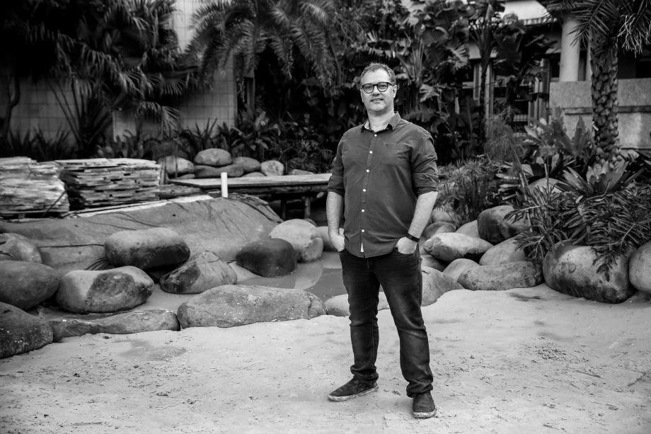 <b>Canário & Tesche Arquitetura e Design (Maria Celina Guarita Canário e José Paulo Tesche):</b> espaço que abre a CASACOR Rio Grande do Sul em 2019, o <b>Estar Piscina Natural</b> promete surpreender. O ambiente se constrói com um estar circundado por um jardim, que também encontra integração com uma piscina natural.