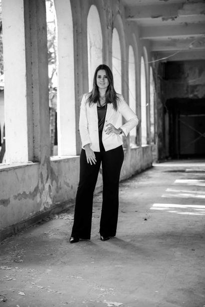 <b>Melina Knopp:</b> a <b>Escada da Casa</b> foi inspirado na arquitetura urbana com forte tendência cosmopolita. O ambiente intimista convida à reflexão interna, à introspecção e reconexão com as diferentes dimensões do ser. A utilização de elementos naturais como o mármore, que envolve o piso e as paredes, assim como o fogo presente na lareira e no imenso jardim vertical, inspiram o contato com a natureza.