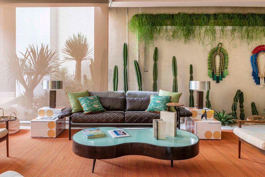 CASACOR São Paulo 2019. Varanda Palm Springs - Jean de Just. A Varanda faz referências à arquitetura da cidade norte-americana dos anos 1950 e 1960. A paisagista Marianne Valent Ramos incluiu plantas que remetem ao clima desértico, como cactus e espécies do gênero aloe.