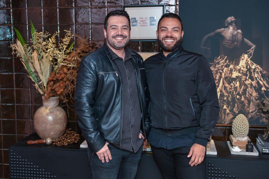 Jairo Lopes e Pedro Tessarollo, no ambiente Sala Cor de Pele
