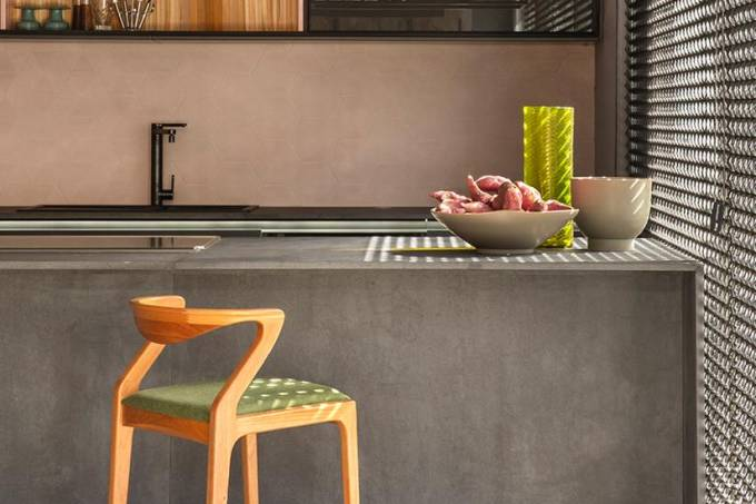 Tons de cinza predominam na Varanda Gourmet projetada por Adriana Fontan…