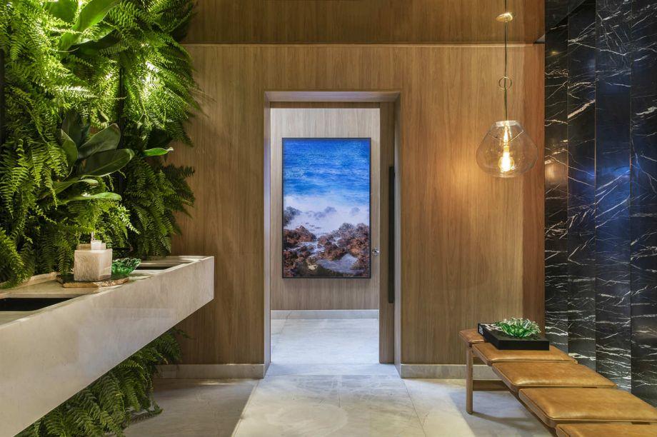 CASACOR Ribeirão Preto 2019. Banheiro Público Sensorial - Bruno Ortega. O banheiro de 20 m² ganha frescor com o jardim vertical e conforto com a suavidade da madeira.