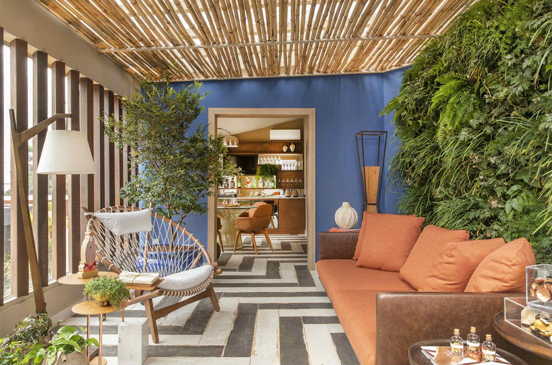 CASACOR Ribeirão Preto 2019. Terraço do Encontro - Isabela Montans. A parede verde injeta cor no espaço, além de conversar com a decoração natural, marcada pelo forro de bambu e os brises de ferro reutilizado.