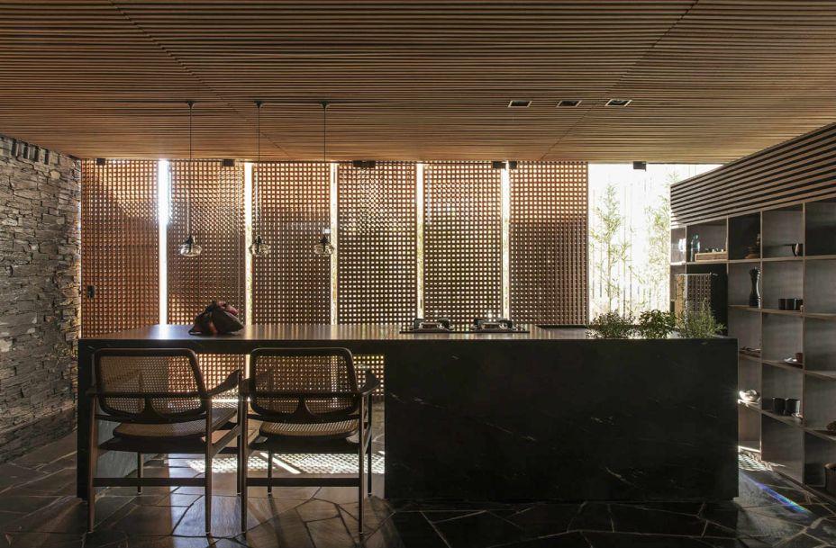 Mariana e Filipi Oliveira - Meia Casa. A dupla do escritório MF+Arquitetos representa um estilo, que também é uma vontade, de estar em casa desconectado. Linhas retas e concisas ganham vida com o teto de madeira e as paredes de pedra e mármore.