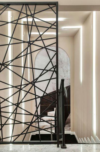Rosana Ferreira e Aldo Jordão - Hall & Escada Infinito. A obra do cineasta Wes Anderson foi o ponto de partida, com seu apelo visual. Por isso, a dupla investiu no clássico,comono mármore Carrara. No alto da escada, o jogo de espelhos dá amplitude e cria o efeito de infinito que dá nome ao projeto.