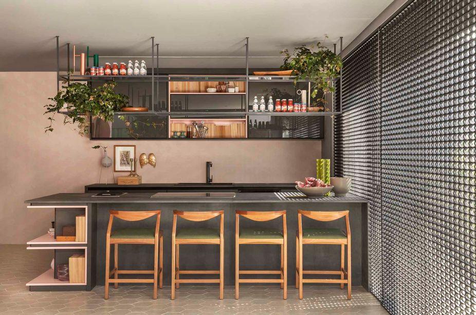 CASACOR Ribeirão Preto 2019. Lounge de Entrada e Varanda Gourmet - Adriana Fontana. Além dos móveis contemporâneos e da marcenaria funcional, objetos garimpados em antiquários adicionam charme.