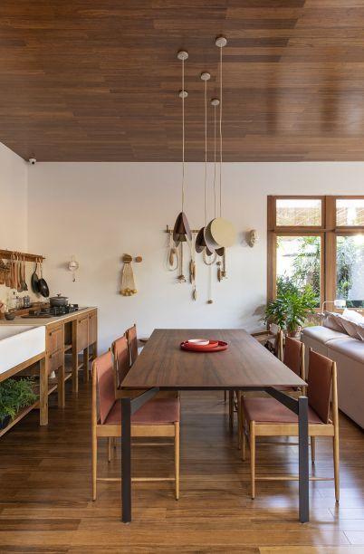 <span>Integrado, ganha contornos no jantar, que também preza pela naturalidade e encontra na madeira a solução mais funcional.</span>